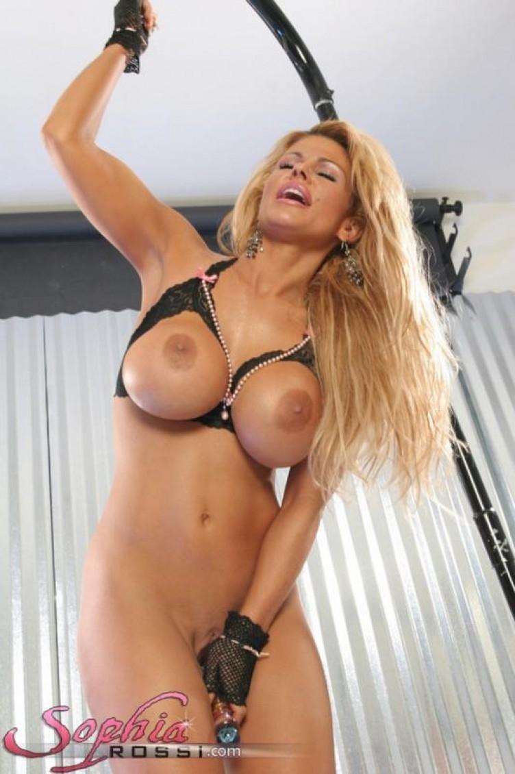 Эротичные игрушки сисястой блондинки Sophia Rossi в соблазнительном нижнем белье