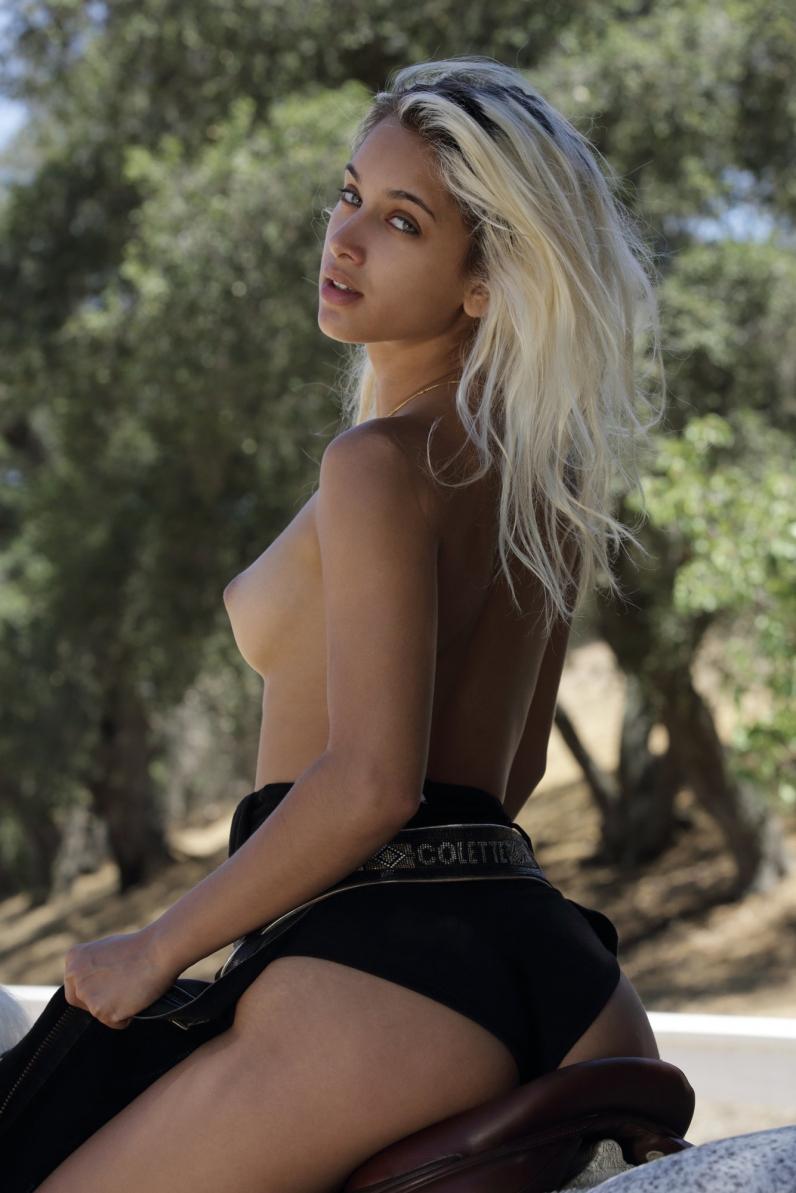 Красивая фрау Uma Jolie стриптиз на сеновале