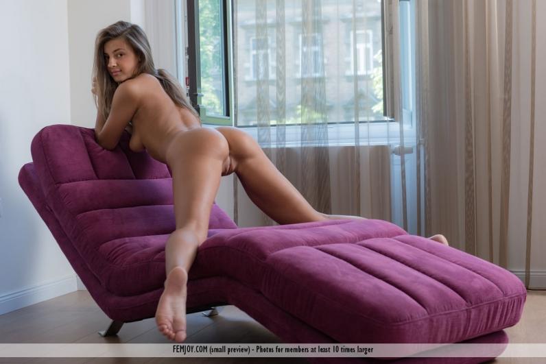 Выразительная киска гибкой брюнетки с выдающимися ногами и страстной попой секс фото