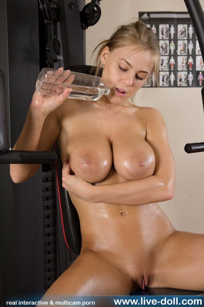Крупные мокрые сиськи возбужденной блондинки Viola Bailey в спортзале