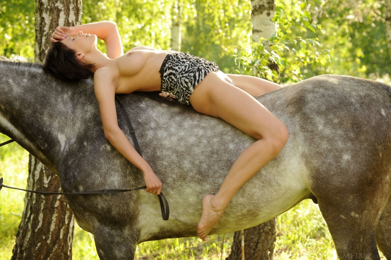 Романтичная шатенка нагишом на лошади смотреть эротику