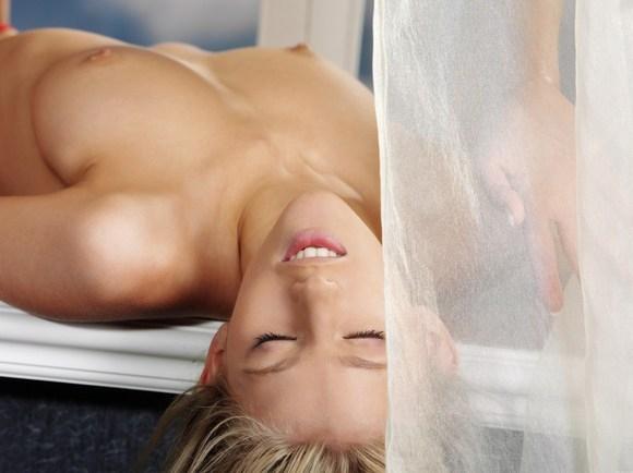 Нежная молоденькая девушка в красиваом нижнем белье в постелепорно картинки