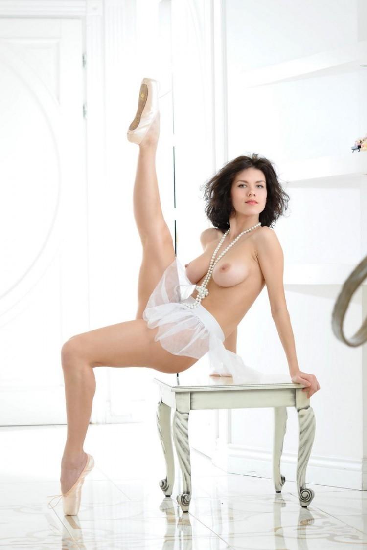 Гибкая обнаженная брюнетка с громадной грудью в пуантах секс фото