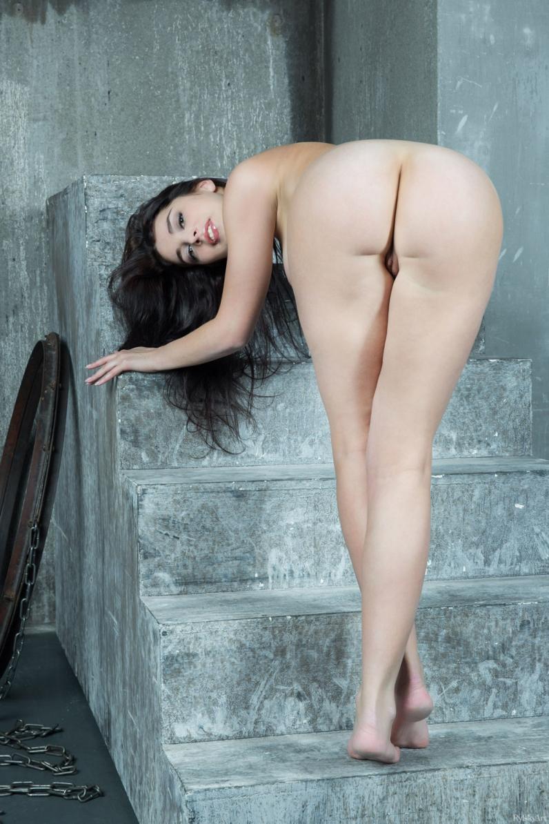 Обольстительная телочка с волосатой писей и большой голой грудью