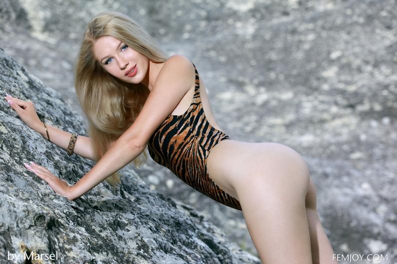 Худенькая синеглазая баба в леопардовом купальнике