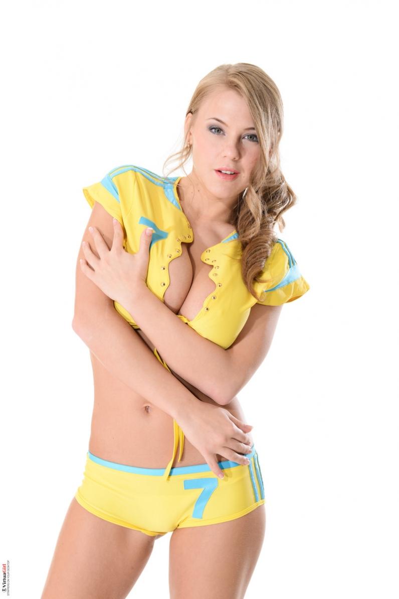 Чувственная девка в спортивной футбольной форме снимает шорты с пухлой жопы и открывает топ с гигантскими грудями секс фото