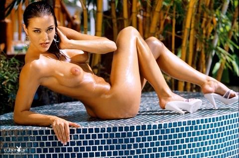 Блестящее от масла упругое тело эффектной модели Amy Sue Cooper на природе