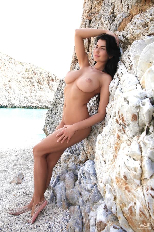 Пляжная красавица стаскивает зеленое бикини с пошлых доек и мохнатой вагины в бирюзовой лагуне