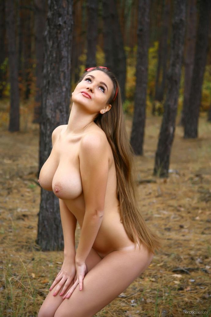 Обнаженная сучка с натуральной грудью в укромном месте секс фото