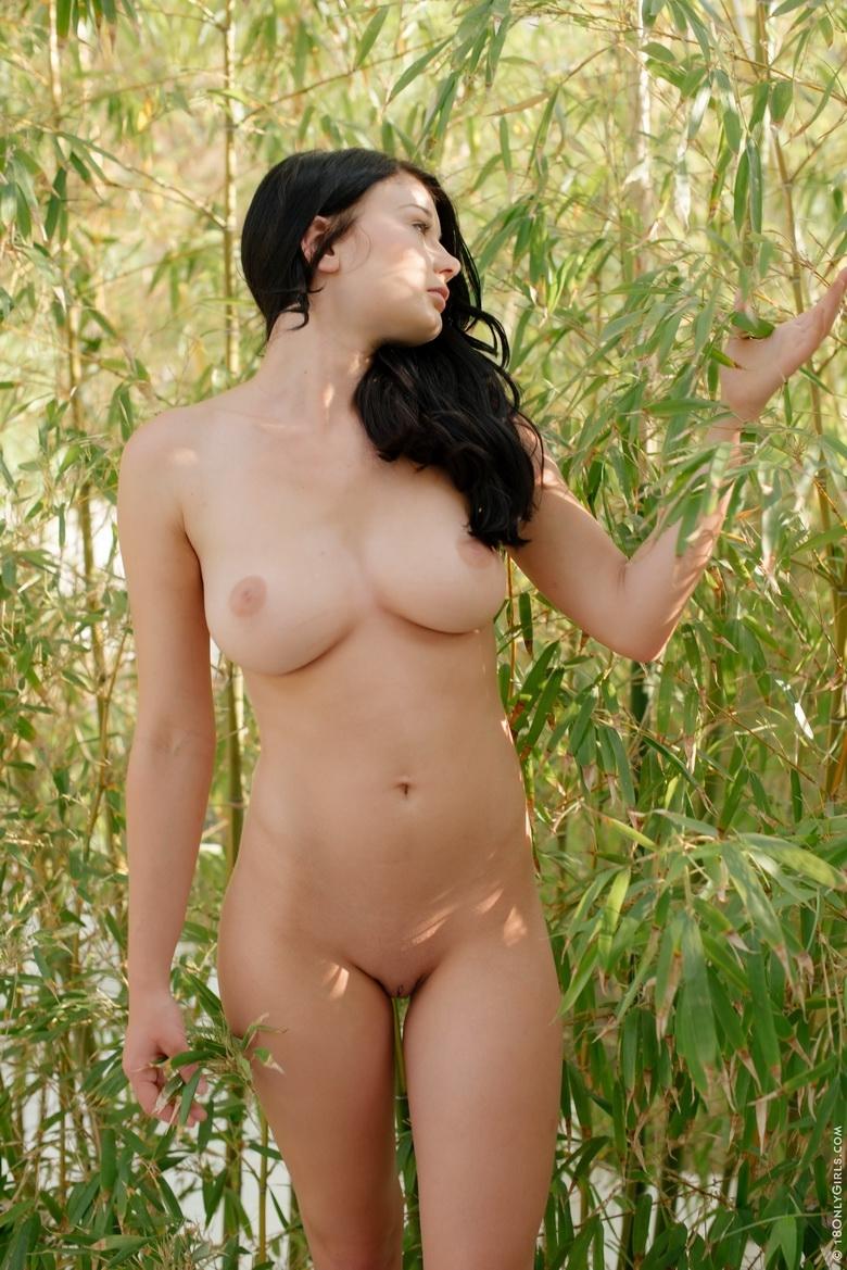Стриптиз титькастой Lucy Li в естественной среде