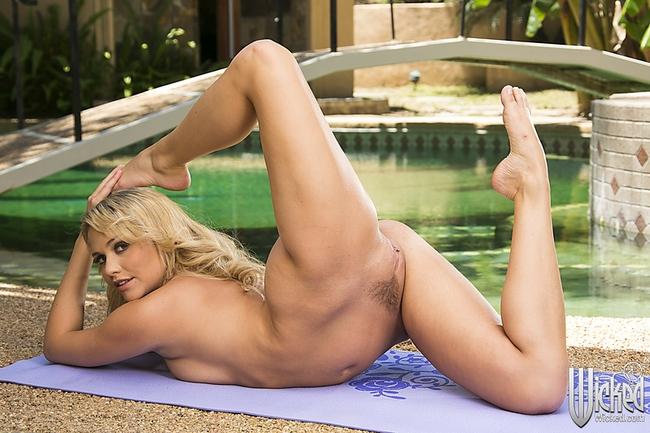 Занимаясь йогой блондинка с большой жопой снимает леггинсы продолжая заниматься голышом