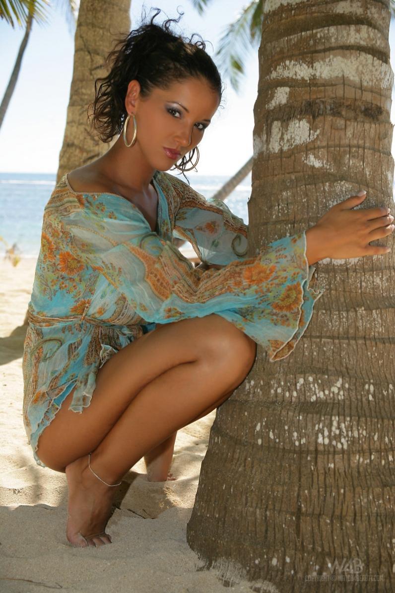 Смуглая порно актриса Angel Dark спускает трусики на берегу моря под пальмами смотреть эротику