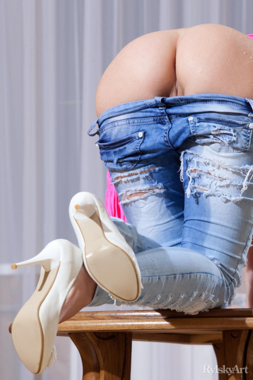 фото секси попок в джинсах