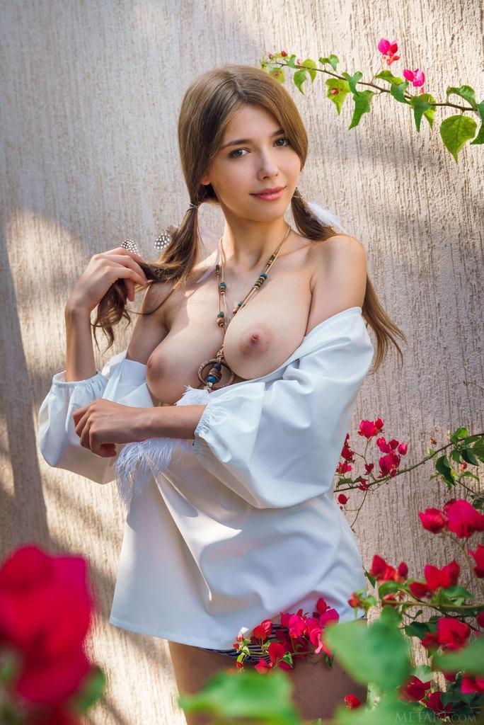 Выразительная натуральная грудь раздетой кошечки с косичками на открытом воздухе смотреть эротику