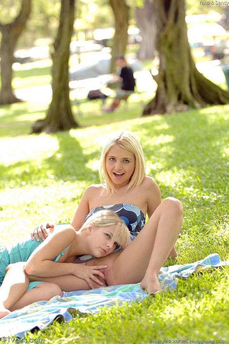 Сэнди и Яна на эротичском пикнике секс фото