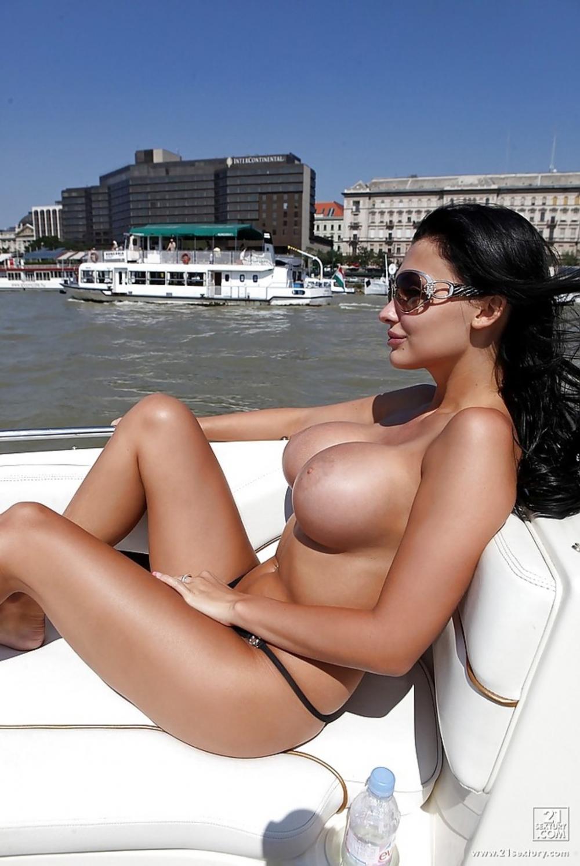 Порнозвезда Aletta Ocean голышом на катере в темных очках с большими дойками наперевес