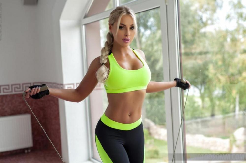 Топ-модель в спортзале снимает лифчик до гола щеголяя хорошенькой сракой и спелыми сиськами