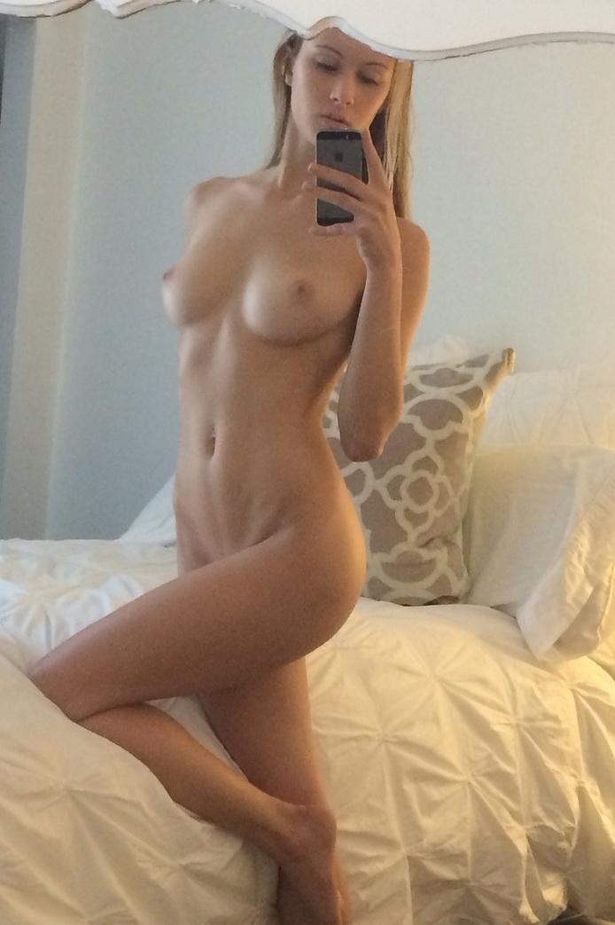 Классные любительские фотках голеньких титьек в отражении зеркала