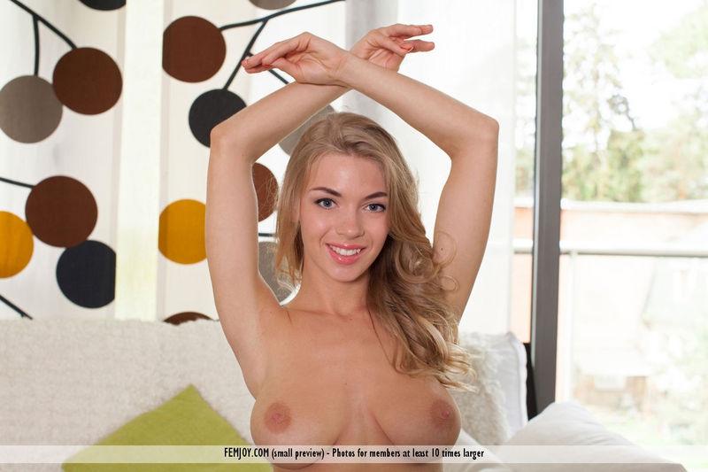 Игривая ухоженная блондиночка с натуральными грудями в белоснежном бодике