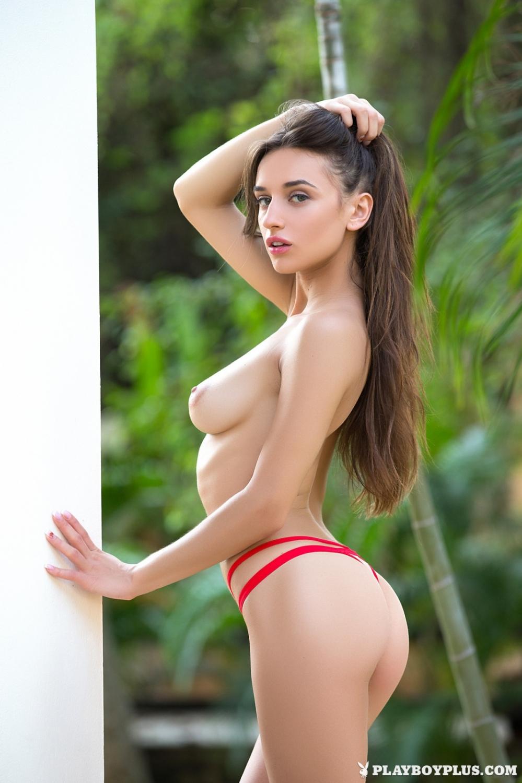 Девка с раскрепощенной сракой и нежными сисяндрами в красном бикини