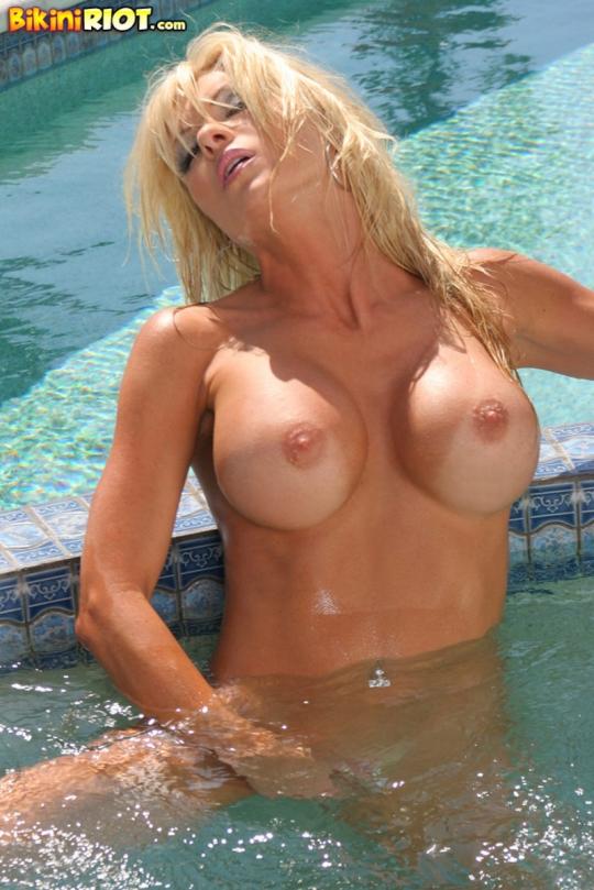 Обнаженная блондинка вышла к бассейну