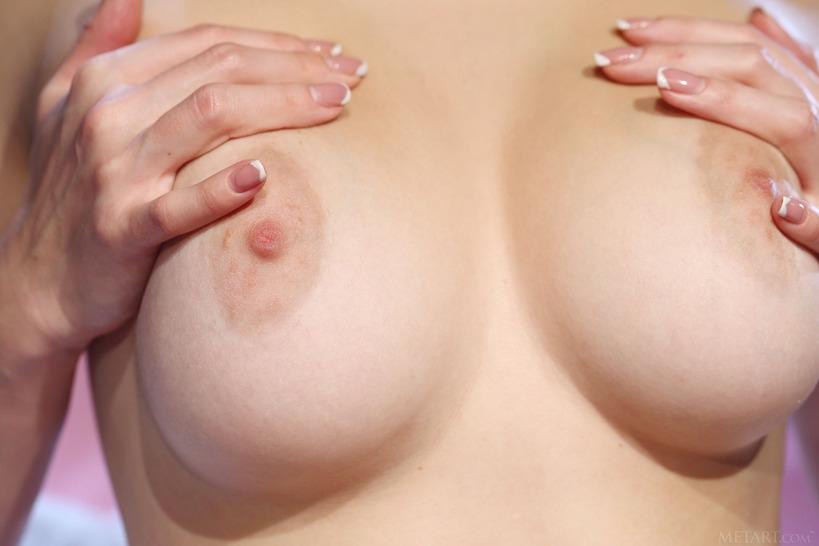 Красотка с манящими голыми дойками снимает эротичное нижнее белье