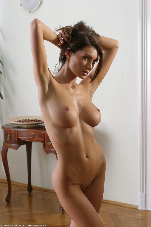 Гламурная голая девушка Урсула порно картинки