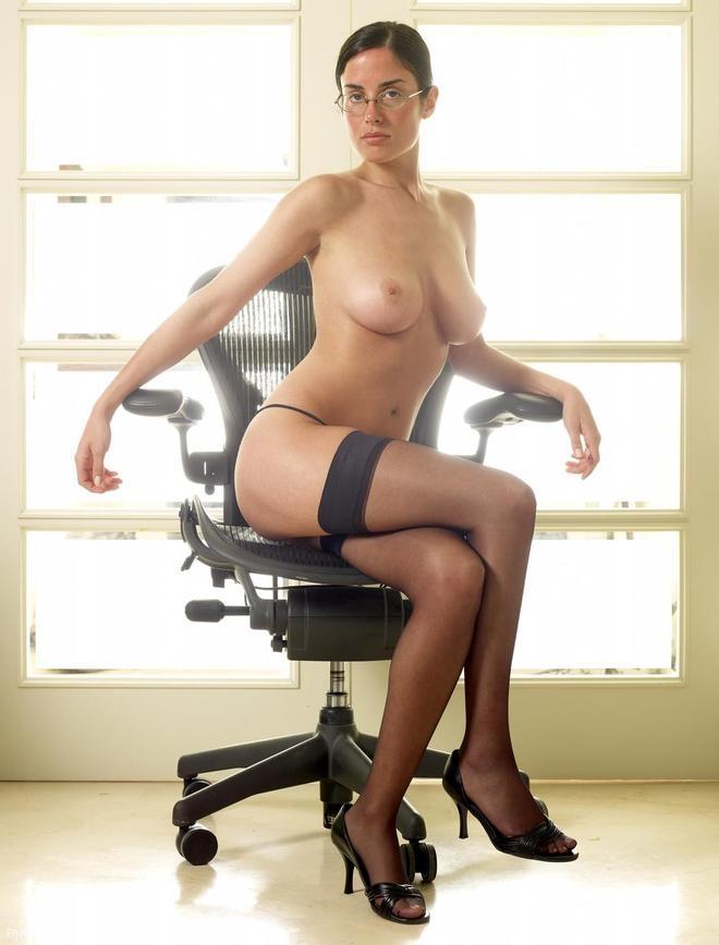 Строгая секретарша в очках раздевается на рабочем месте показывая большие голые сиськи