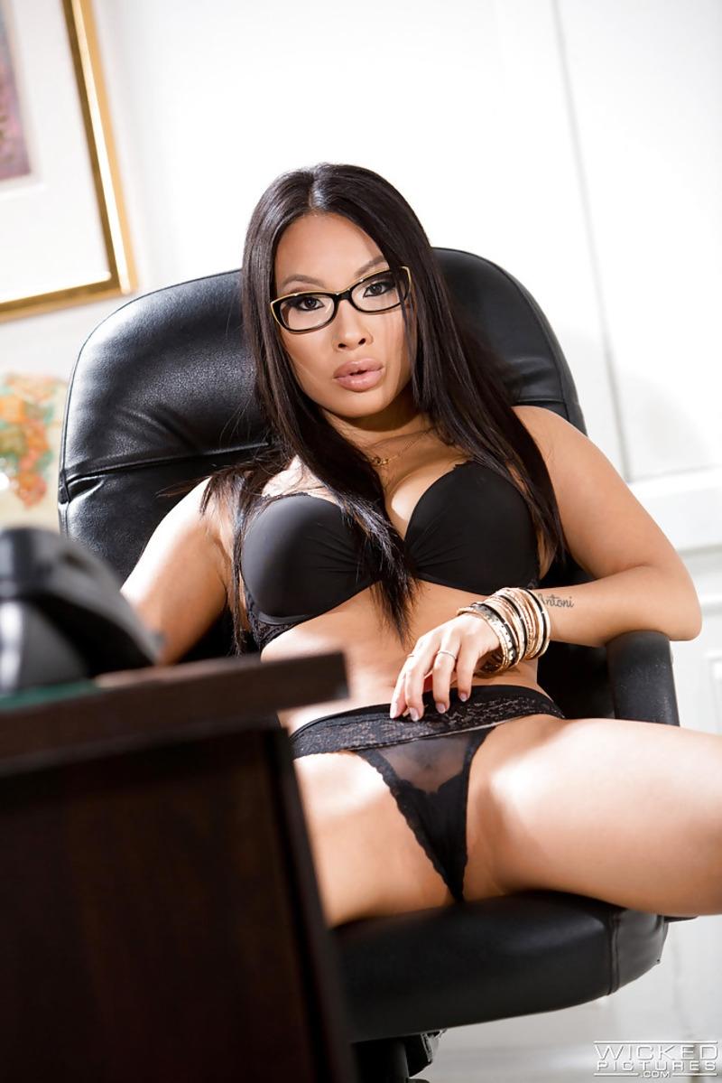Стриптиз сексуальной азиатской секретарши в очках на рабочем месте