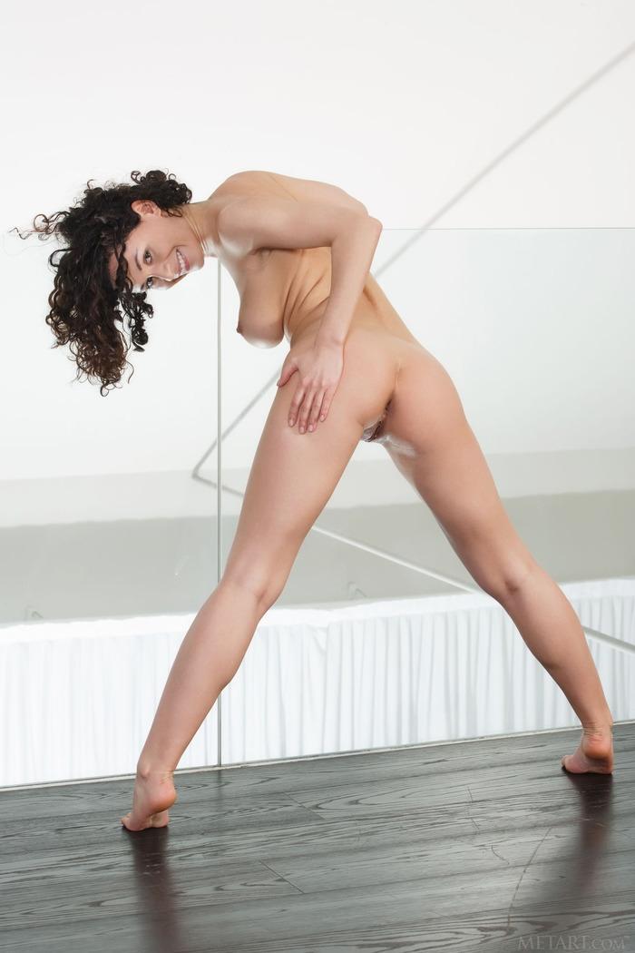 Изящная вагина кучерявой брюнетки с натуральной грудью Pammie Lee порно галерея