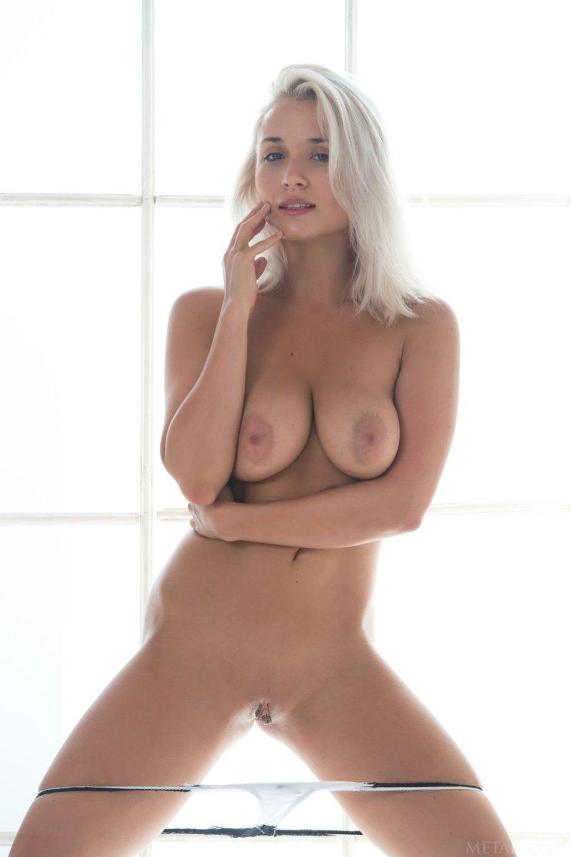 Стриптиз Изабеллы с сексапильной грудью и крепкой задницей в черном нижнем белье