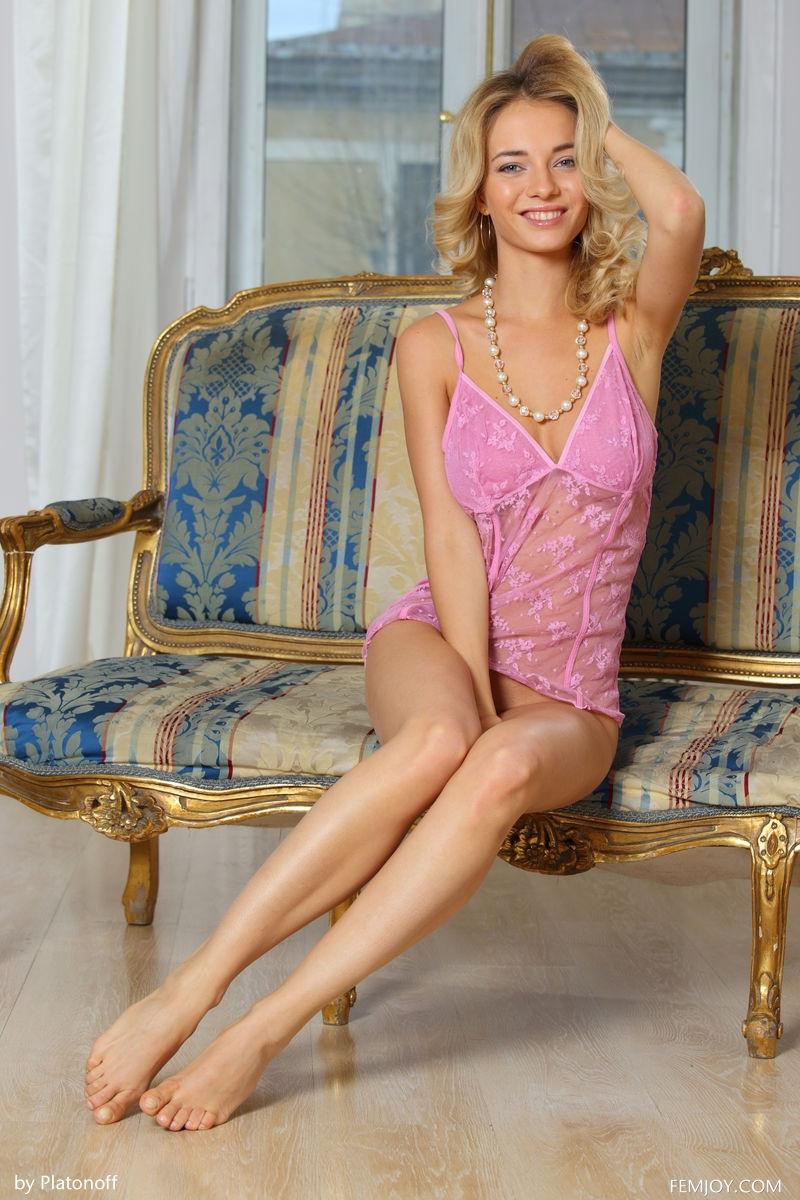 Хорошенькая девка стащила розовое белье