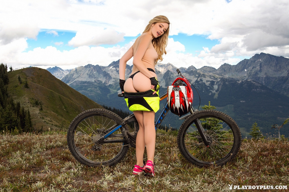 Велосипедистка на природе показывает маленькую голую попу