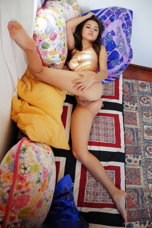 Изящная азиатская леди с натуральными дойками и пышной попокой Li Moon кайфует на постели секс фото