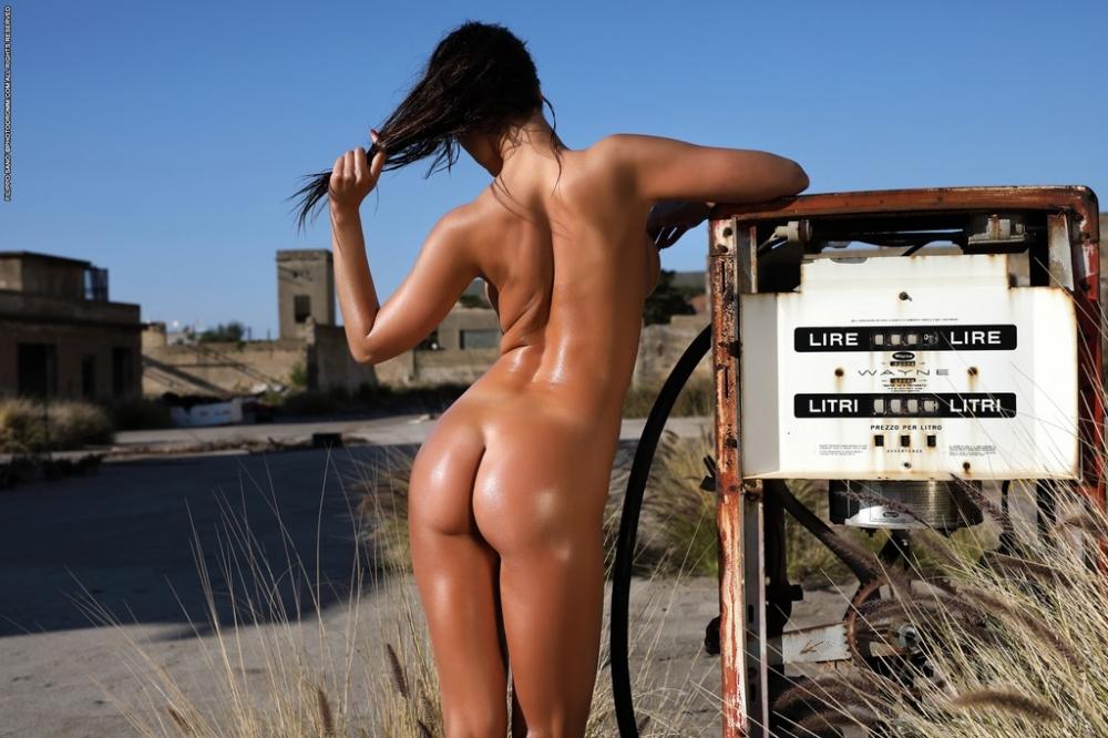 Чувственная жопа загорелой девушки на бензоколонке