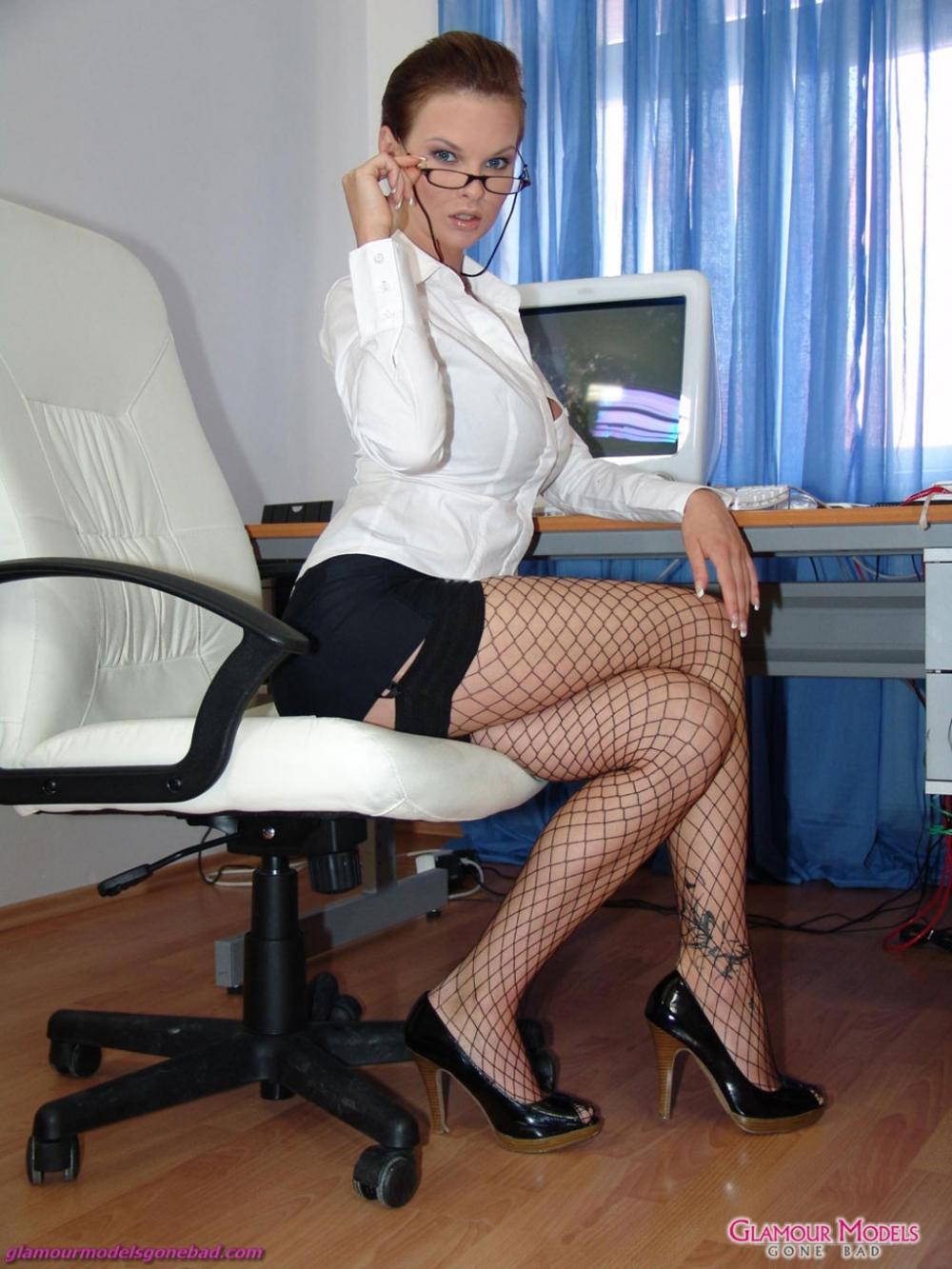 Девушка в юбке и блузке блондинка на работе секс видео