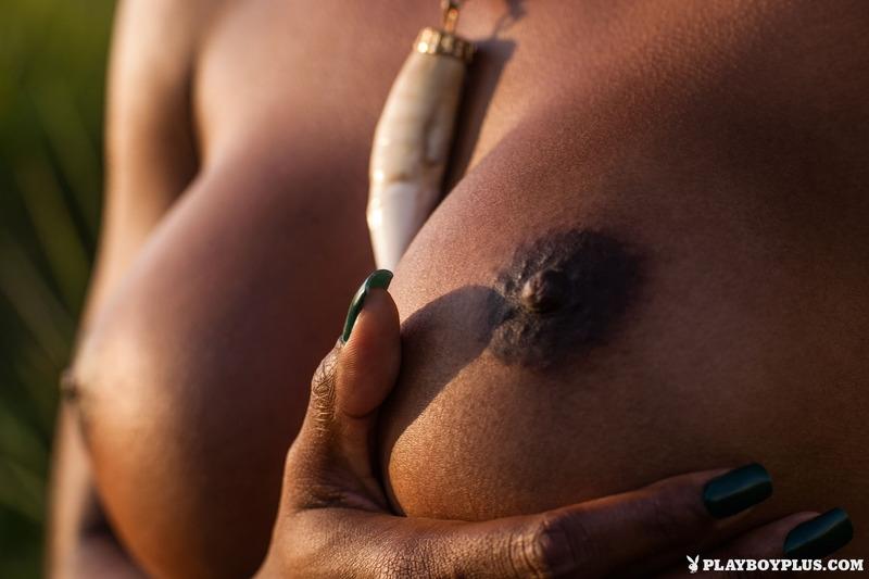 Мокрая шоколадная жопа негритяночки Ivi Pizzott на отдыхе