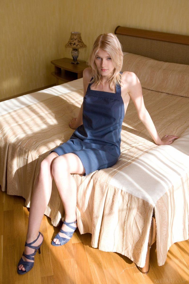 Нежная блондинка с задравшимся в постели платьем обнажившим красивую попу