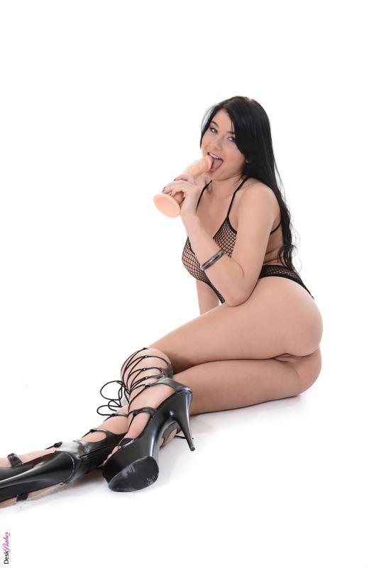 Lucy Li похотливая телка с стандартными голыми дойками и заманчивой жопой в платье сетке