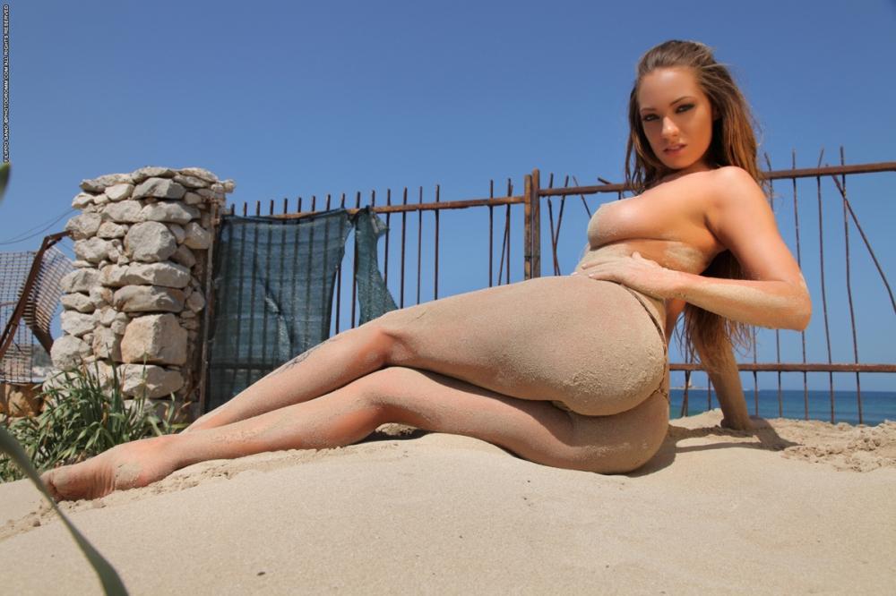 Потрясающая пляжная милашка голышом с аппетитной задницей и круглыми титьками