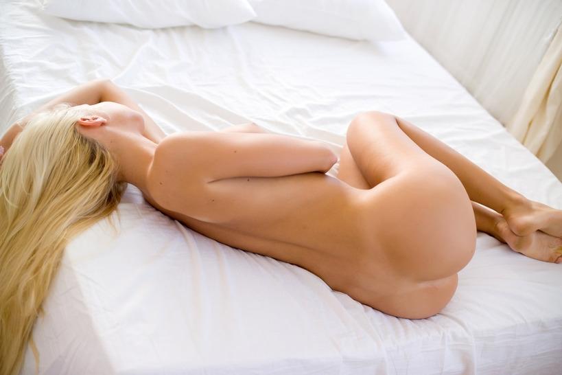 Блондинка с горячим лицом и шикарной жопой в постели без трусиков смотреть эротику