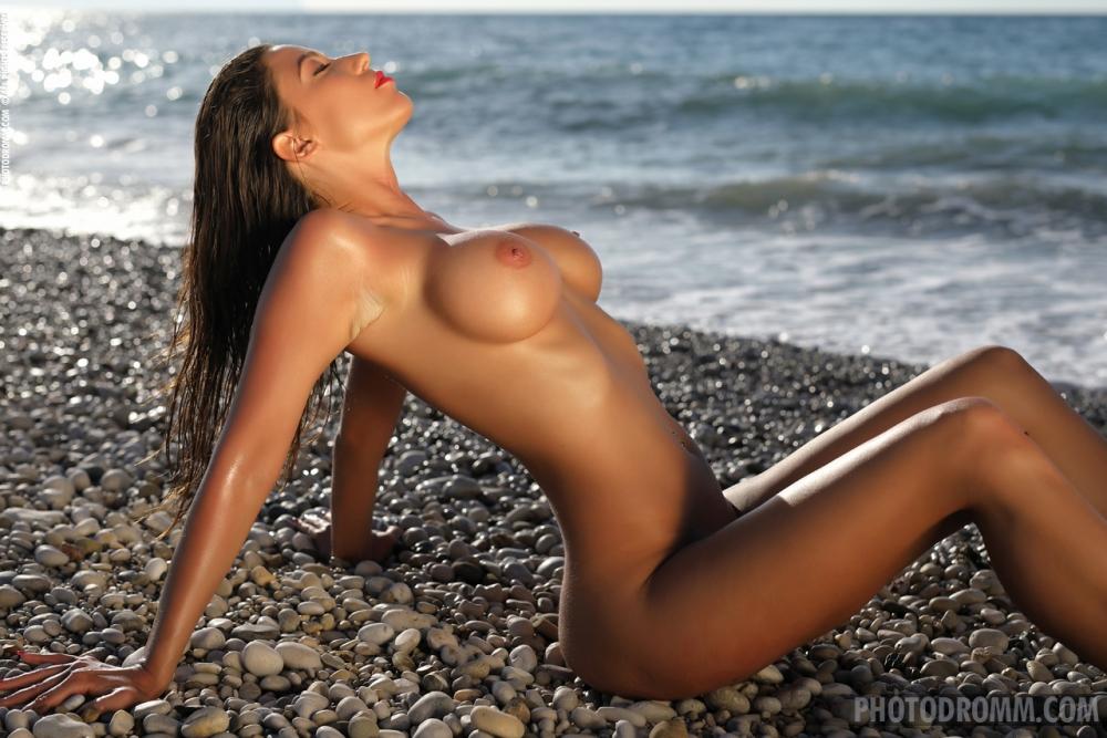 Симпатичные голая грудь сексуальной смуглой топ-модели в трусиках на открытом воздухе