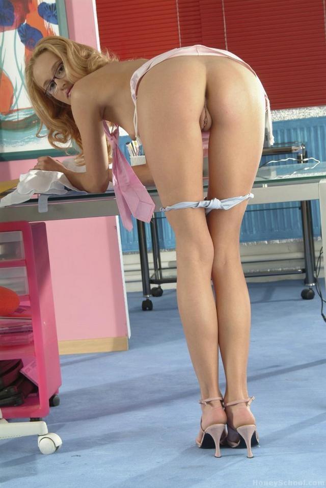 Огненная попа худенькой хорошенькой помошницы в очках секс фото