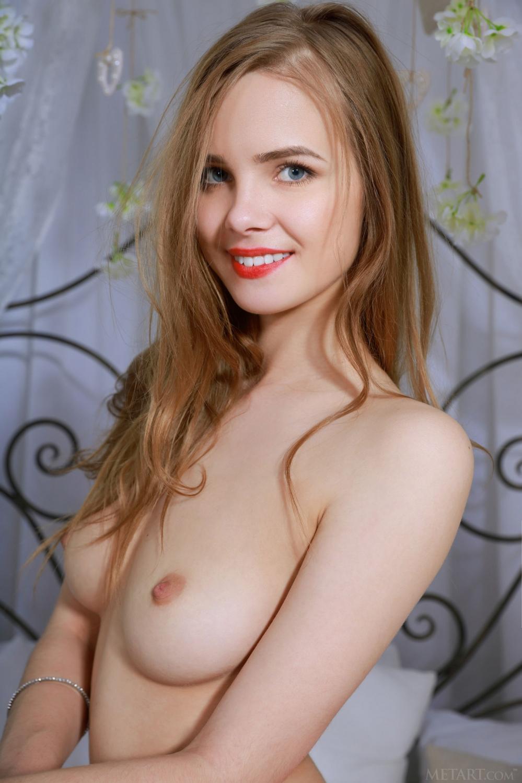 В спальне длинноногая девушка с худенькой фигурой в сексуальном белье снимает трусики с красивой голой попы