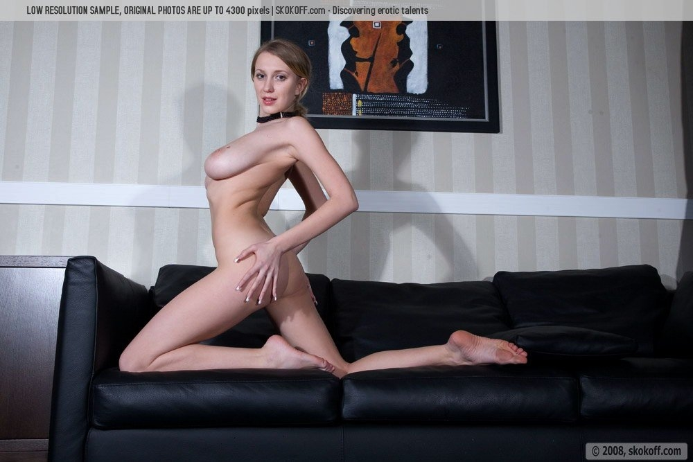 Стройная блондинка Катя на диване красуется роскошными натуральными сиськами