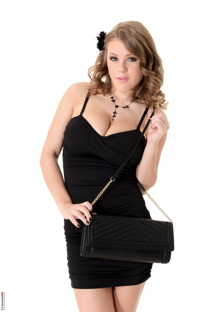 Viola Bailey спускает маленькое черное платье оголяя прелести гигантских грудей и роскошной сраки с стриженной вульвой