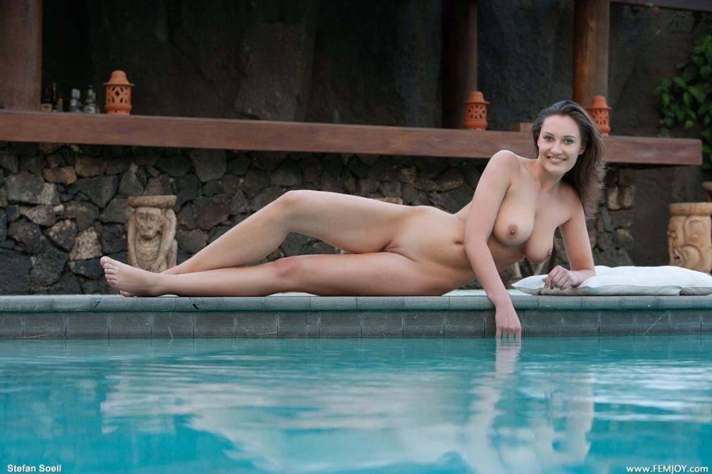 Шатенка у бассейна снимает бикини представляя невероятные натуральные дойки и жопу