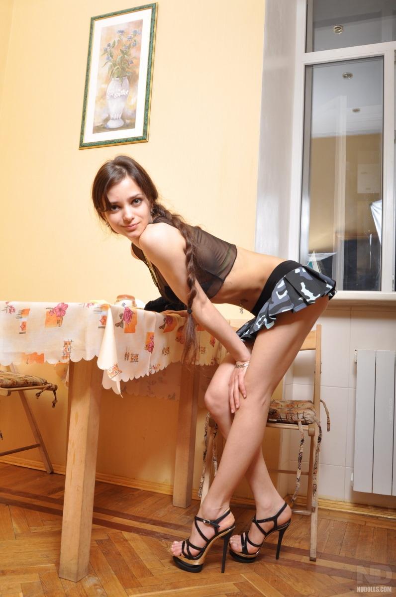 Большегрудая баба с косичками стаскивает на кухне юбку секс фото