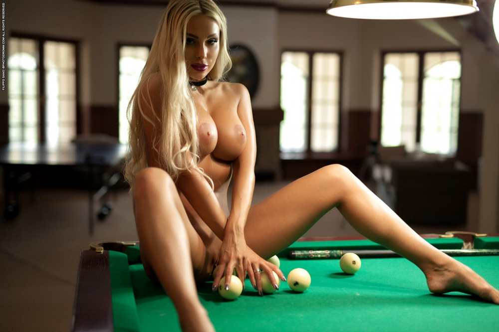 Роскошная блондинка с гигантскими дойками снимает сексуальное белье за игрой на бильярдном столе