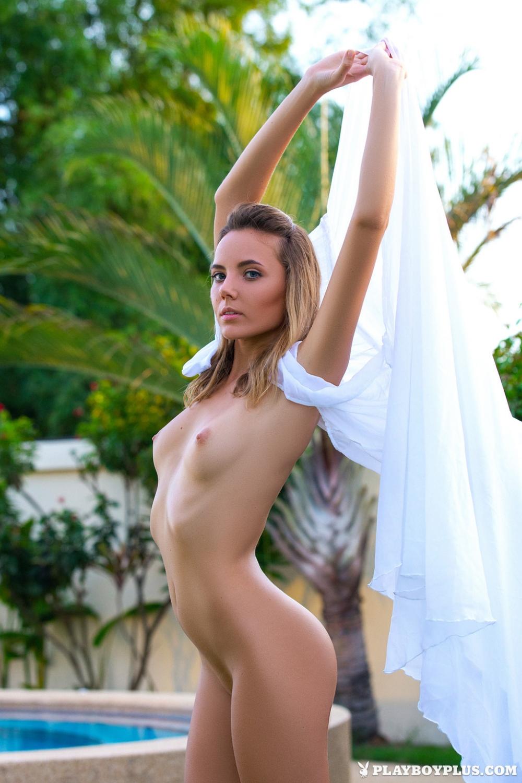 В саду худенькая модель Katya Clover с маленькой грудью позирует красивой голой попой